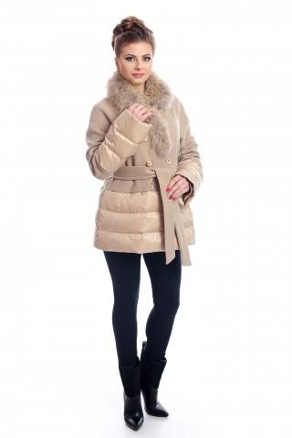 Бежово, късо палто с колан и яка от лисица