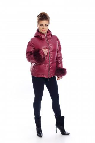Късо пухено яке в цвят бордо с маншети от лисица и качулка