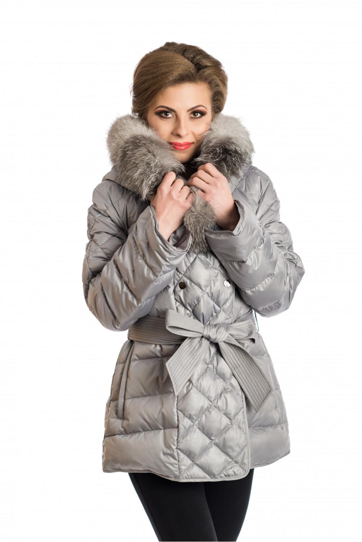 Светло сиво пухено палто с качулка, украсена със сваляща се кожа от Сребърна лисица.