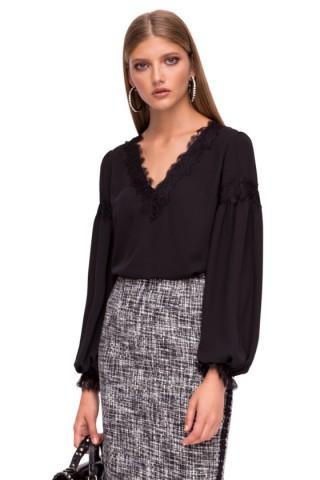 Блуза с V-образно деколте  и дантела